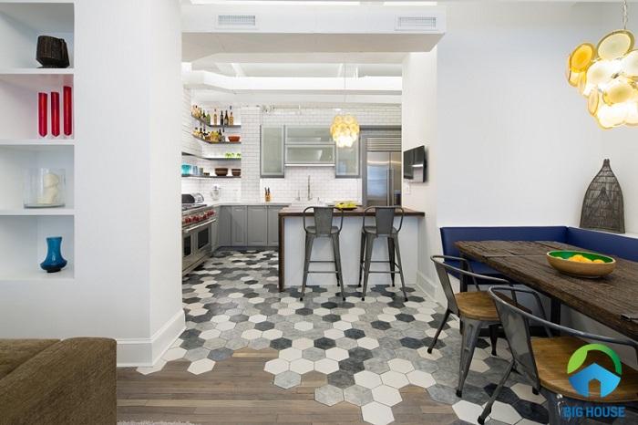 Phòng bếp sử dụng gạch lát lục giác và gạch giả gỗ tạo sự độc đáo