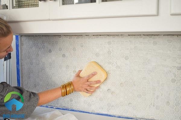 Làm sạch tường sau khi ốp gạch lục giác