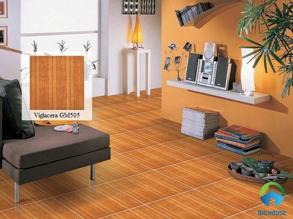 Mẫu gạch vân gỗ màu cam mang lại sự ấm áp, sang trọng cho phòng khách