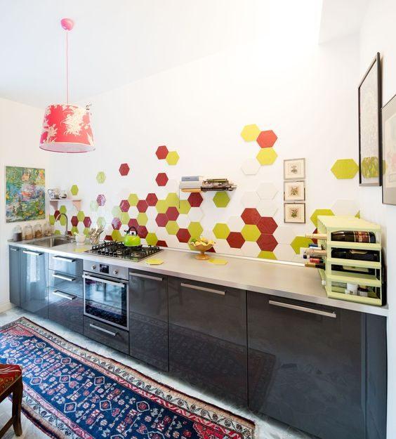 Khu vực nấu nướng của các bà nội trợ bỗng chốc được hô biến trở nên rực rỡ sắc màu hơn nhiều. Chắc hẳn mọi người sẽ được giảm bớt cảm giác mệt mỏi, oi bức khi đứng bếp