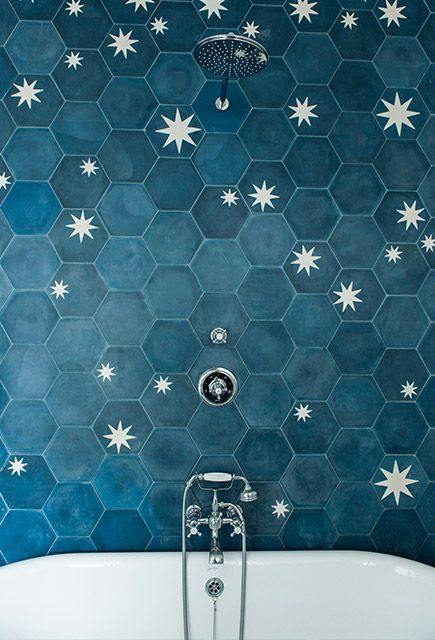 Phòng tắm của bạn bỗng chốc như một bầu trời đêm thu nhỏ với nhiều ngôi sao sáng lấp lánh. Mẫu gạch lục giác gam màu xanh nhạt với họa tiết ngôi sao đẹp ấn tượng.
