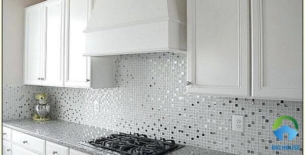 gạch ốp bếp màu trắng mosaic