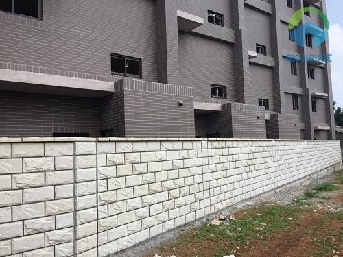 gach ốp tường hàng rào dạng thẻ trắng mang vẻ đẹp tinh tế