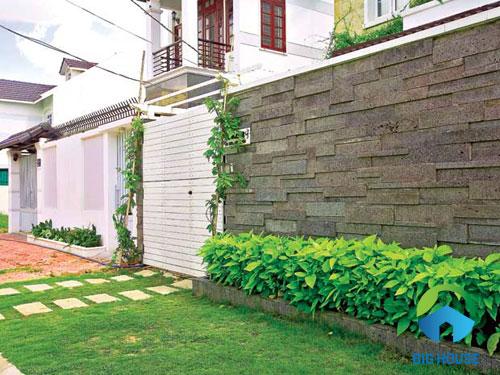 Gạch ốp tường sân trước giả cỏ