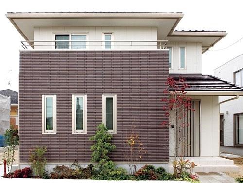 Gạch ốp tường sân trước nhà đơn giản, đẹp mắt